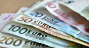 Una vecina de Almoradí encuentra 2.000 euros en la calle y los devuelve a su dueño a través de la Policía Local