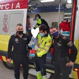 Dos policías locales salvan la vida de un bebé tras atragantarse en Pilar de la Horadada
