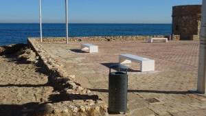 Torrevieja repone todos los bancos y papeleras de la Plaza del Embarcadero de La Mata