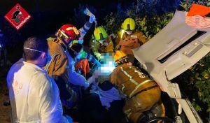 Dos jóvenes heridos graves tras salirse su coche de la vía en Orihuela