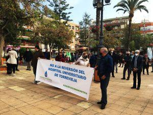 """La plataforma ciudadana """"Sanidad Excelente"""" continúa las concentraciones para protestar contra la reversión del Hospital de Torrevieja"""