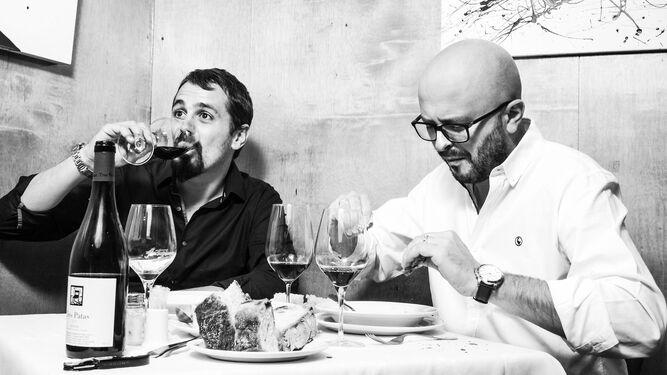 Los periodistas Rodrigo Varona y Javier Márquez Sánchez, en una fotografía promocional de 'Fuera de carta'.