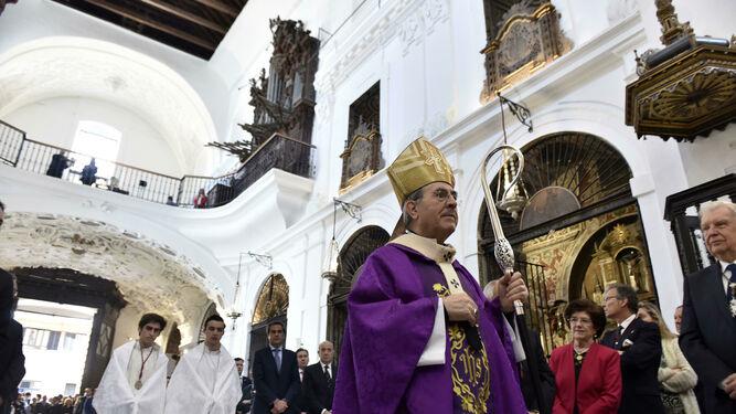 El arzobispo durante la procesión litúrgica previa a la eucaristía. Destaca la blancura del templo.
