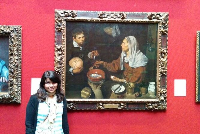 Una sevillana ante el famoso cuadro de Velázquez.