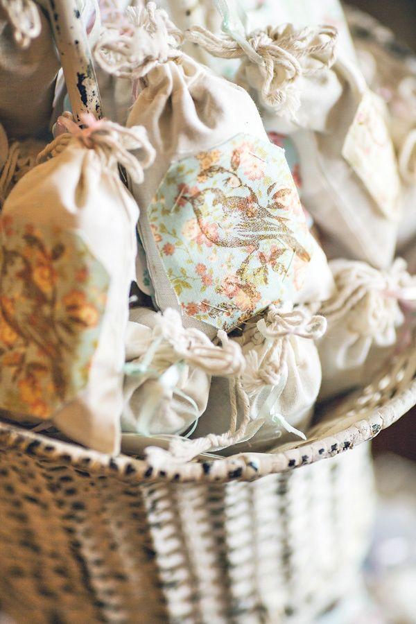 ideas para envolver regalos con bolsas de tela