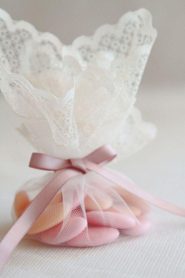 ideas con encaje para envolver los regalos de boda