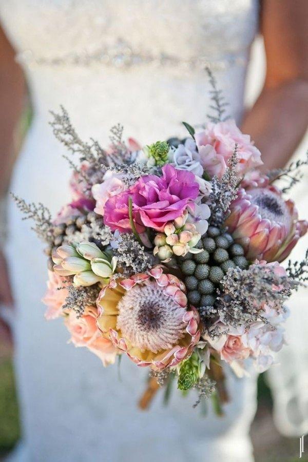 ramo de novia con varios proteas en rosa