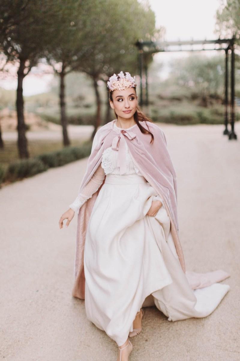 Look de novia de invierno con capa rosa