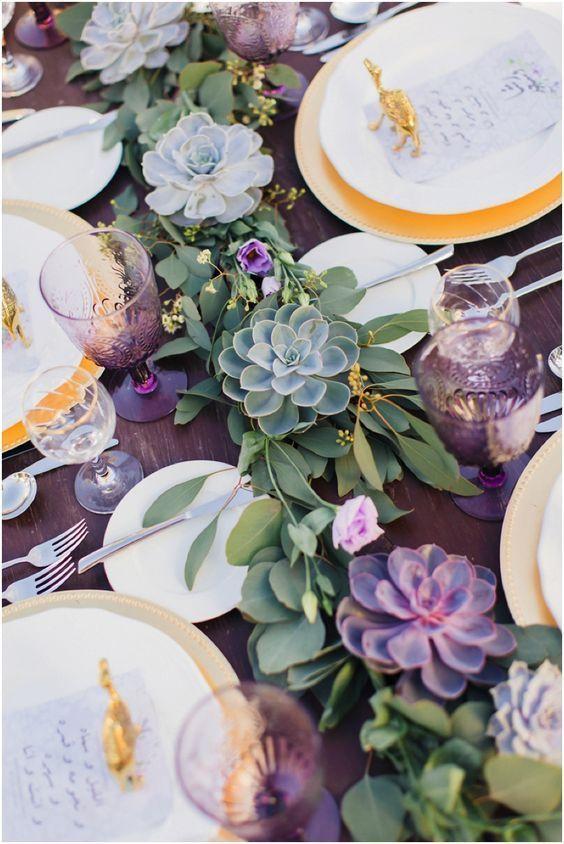 mesa decorada con guirnalda de suculenta
