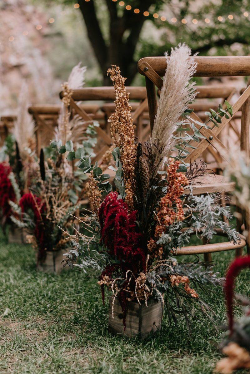 Decorar pasillo de ceremonia bohemia con flores coloridas - Ideas para la Decoración de Bodas Bohemias