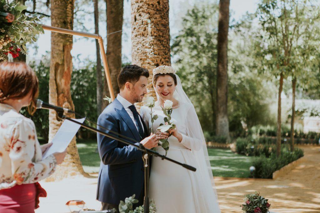 oficiante de bodas Sevilla ritual de las rosas - ¿Qué es un Oficiante de Bodas y Por Qué lo Necesito?