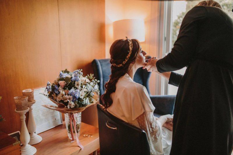 01 novia arreglandose casa organizadora sueños - ¿Dónde me Arreglo el Día de mi boda?