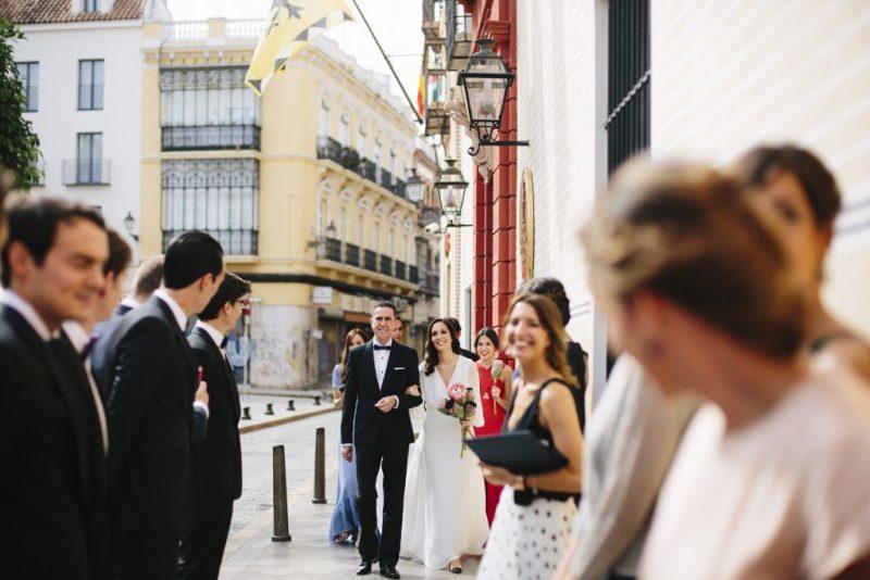 10 amigos acompañan novia iglesia - ¿Dónde me Arreglo el Día de mi boda?