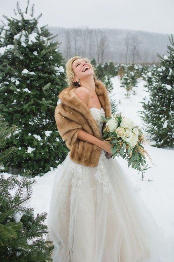 Novia de invierno con abrigo