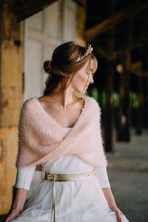 Look de novia de invierno con manton rosa