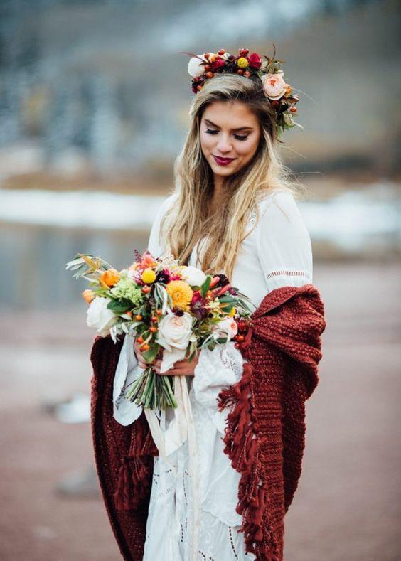 Look de novia de invierno con manton rojo
