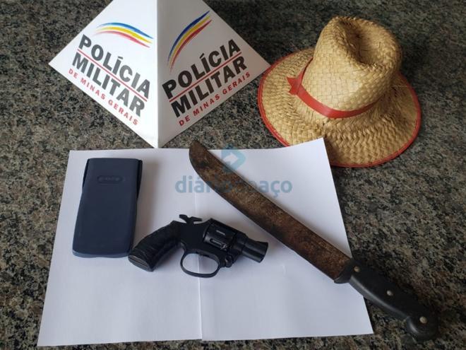 O facão e um revólver de brinquedo usados pelo homem preso em flagrante