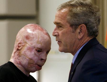 Bush matou dezenas de milhares de pessoas e foi responsável por sofrimentos como o do veterano que aparece nesta foto com ele de 2007