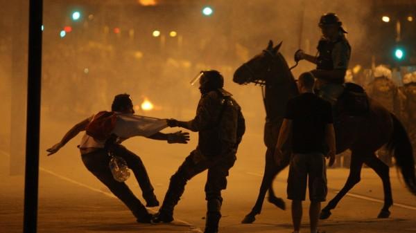 23jun2013-protesto-na-praca-sete-regiao-central-de-belo-horizonte-terminou-em-confronto-entre-policiais-e-manifestantes-na-noite-deste-sabado-22-o-confronto-comecou-depois-que-parte-dos-1371985375088_1920x1080-600x337
