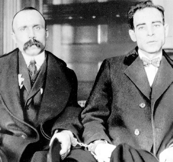 Bartolomeo Vanzetti (esquerda) e Nicola Sacco, algemados