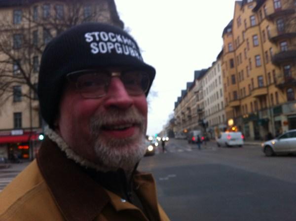 """Com o gorro que diz """"Lixeiros de Estocolmo"""""""