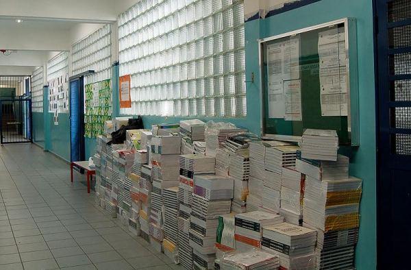 Pilha de livros na EE Maria José: nunca entregues