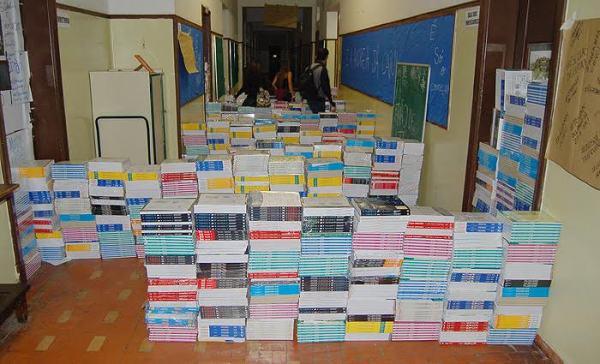 Material não distribuído ocupa os corredores