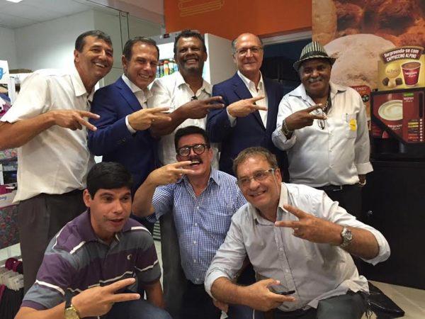 Alckmin e Doria com funcionários e clientes de posto de gasolina