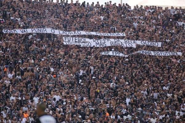 Torcedores do Corinthians protestam no jogo contra o São Paulo