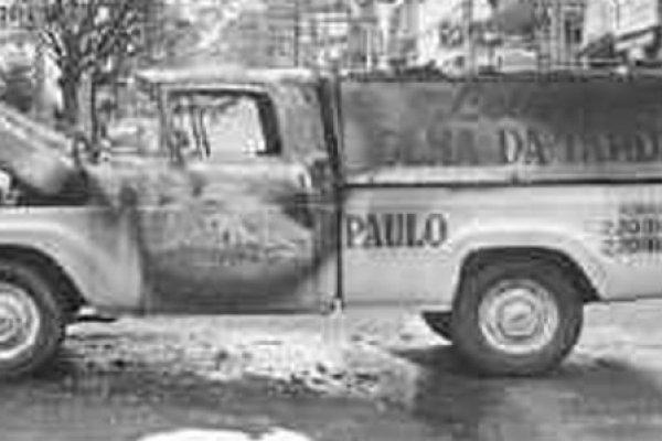 Carro da Folha incendiado na ditadura em retaliação a apoio do jornal à Oban