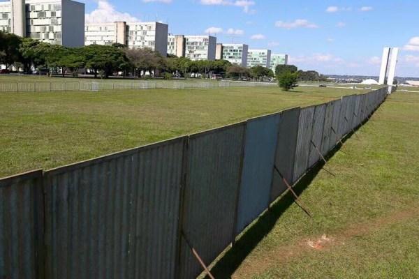Um muro vergonhoso que simboliza a divisão entre os brasileiros