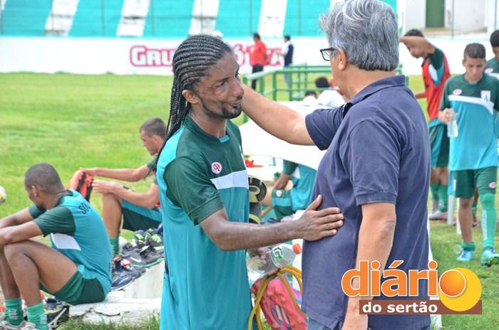 Leo Olinda ao lado do Presidente do Sousa, Aldeone Abrantes (foto: Charley Garrido)