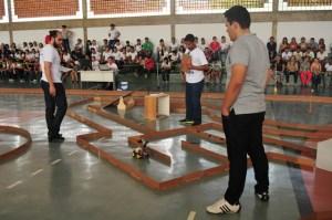 Alunos e seus robores disputam prova em circuito montado no ginásio do IFPB de Cajazeiras