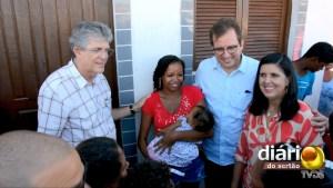 Da esq. para a dir.: Ricardo, uma moradora contemplada, o ex-prefeito Fábio Tyrone e a vice-governadora Lígia Feliciano