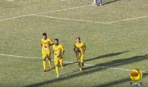 França, no centro, comemora com os companheiros gol que deu a vitória do Paraíba sobre o Atlético