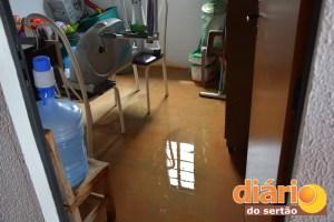 Água invade todos os vãos das casas