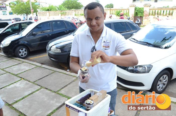 Edvan percorre a cidade de bicicleta vendendo açaí (foto: Charley Garrido)