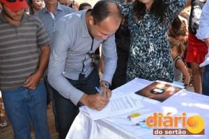 Prefeito assina ordem de serviço para construção de mais 10 casas populares