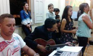 Ricardo Marcelo participa de missa na cidade
