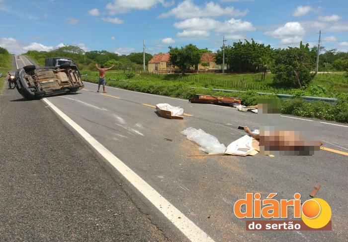 Corpos foram arremessados para fora do veículo (foto: Diário do Sertão)