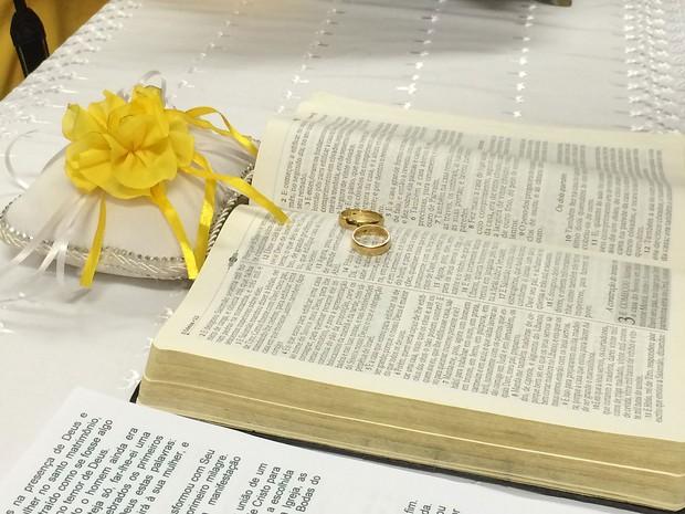 Alianças do casal Edgard Bezerra e Lidiane Santos sobre bíblia, durante casamento em capela de hospital de Brasília (Foto: Hospital Universitário de Brasília/Divulgação)