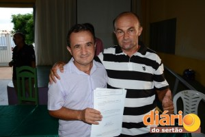 Prefeito Francisco Dantas Ricarte (à esquerda) entrega termo de posse a concursado