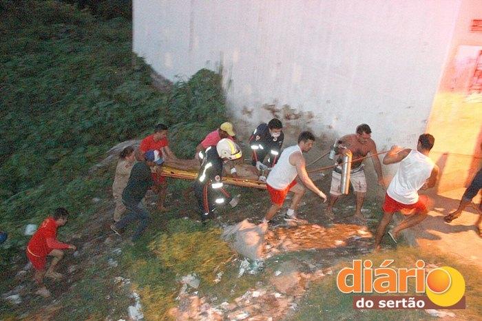 Vitima sendo resgatada pelas equipes de urgência de Sousa (Foto: DS)