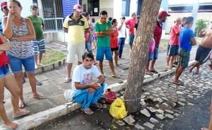 Pai fica amarado a árvore em protesto na cidade de Uiraúna, Sertão da Paraíba