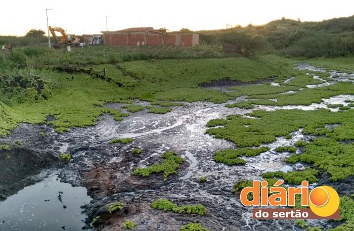 Esgoto estaria caindo dentro do açude em São Gonçalo (foto: Luciano Lopes)