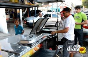 Damião vende lanche durante o dia