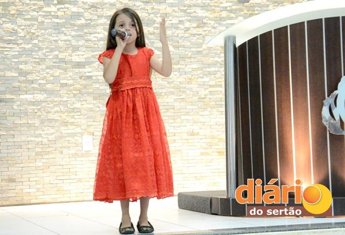 Cantora Sara Martins, cantando na Igreja Presbiteriana de Sousa (foto: Charley Garrido)