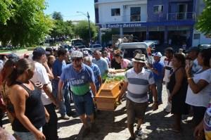 O corpo de Timbu chegou ao cemitério sob aplausos