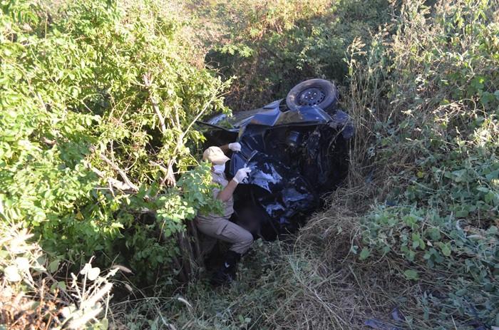 Um dos veículos capotou e foi arremessado para fora da pista (foto: Ângelo Lima)