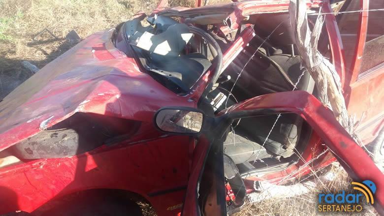 Fiat Uno ficou completamente destruído após o acidente (Foto: Radar Sertanejo)
